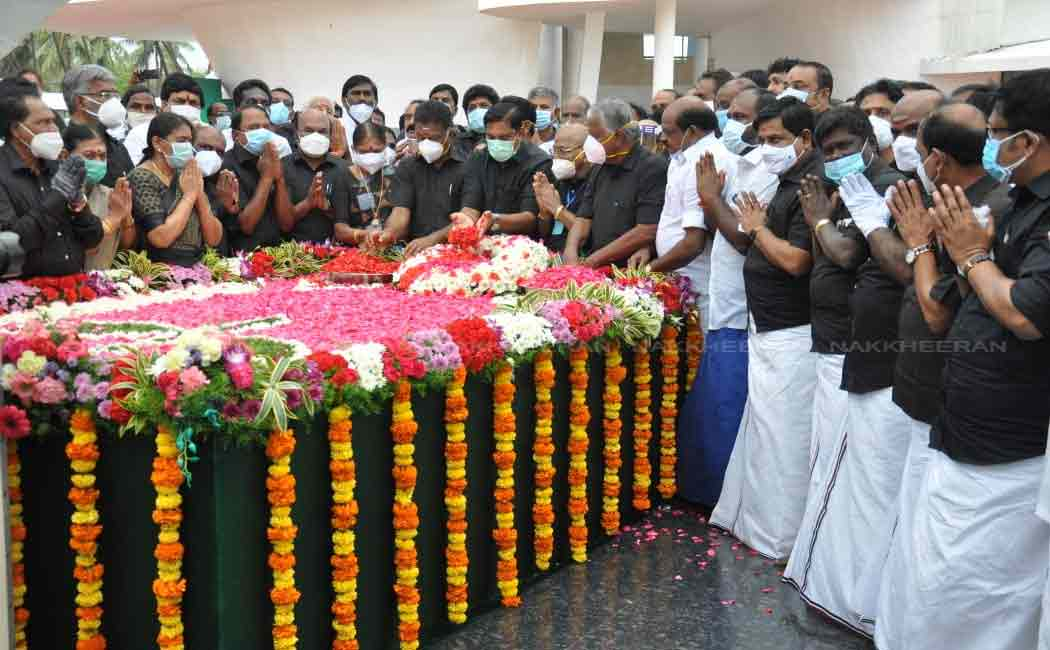 Chief Minister Palanisamy paid homage flowers at jayalalitha memorial