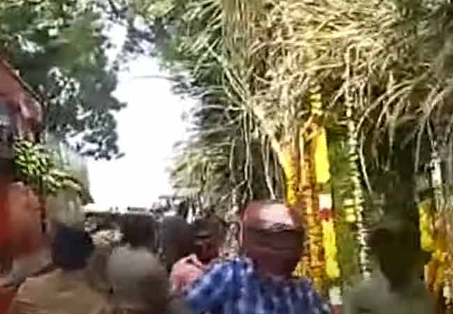 The next moment Amit Shah left, the staff cut the sugarcane and bananas competitively ... !!