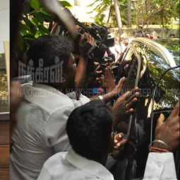 Flowers sparkling fans welcomed;Rajinikanth at Leela Palace