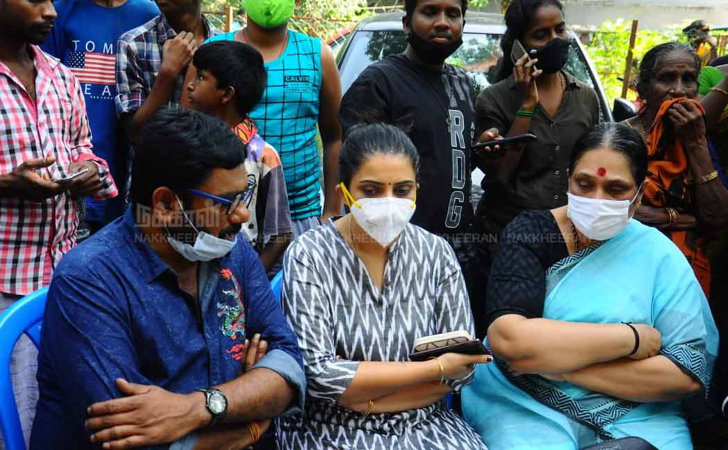 Actors and fans pay homage to actress Chitra's body
