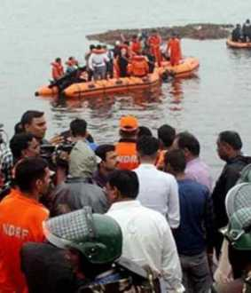 22 injured as tourist boat capsizes