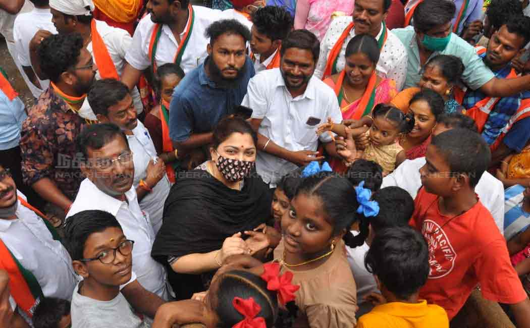 Actress Kushboo meets BJP leader in Pudupeattai ..