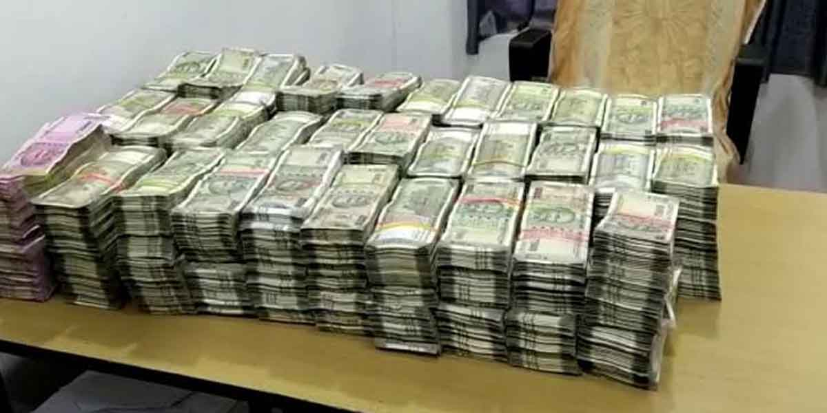 One crore hawala money stuck in the car left by the robbers? - Police serious investigation!