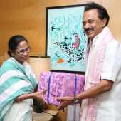 Stalin gave gift to mamtha banerjee