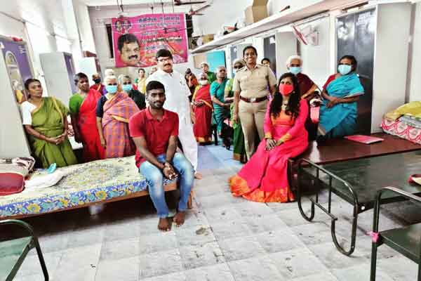 female police celebrates pongal with helpless people