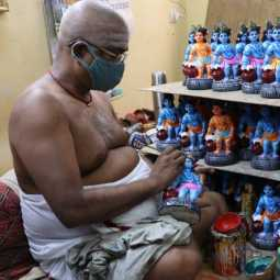 hand crafts artist at kosapet making statues and dolls