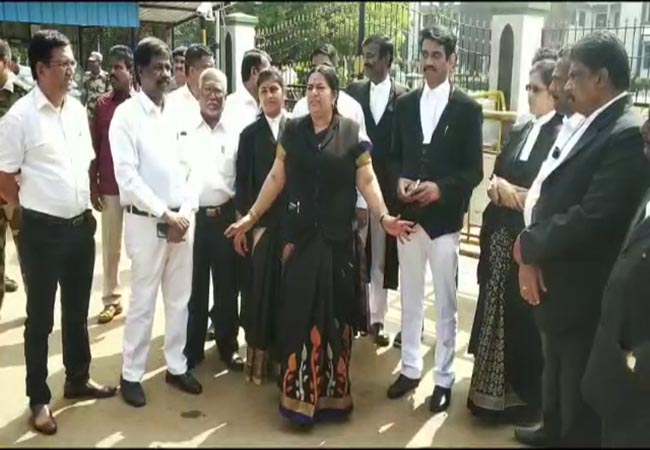 delhi lawyers and police fights madurai high court branch lawyers strike