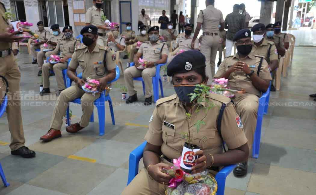 Railway police those who recover from corona are welcome with fruit and plant