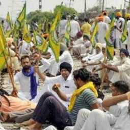 punjab farers gathered in railway tracks to oppose farmers bills