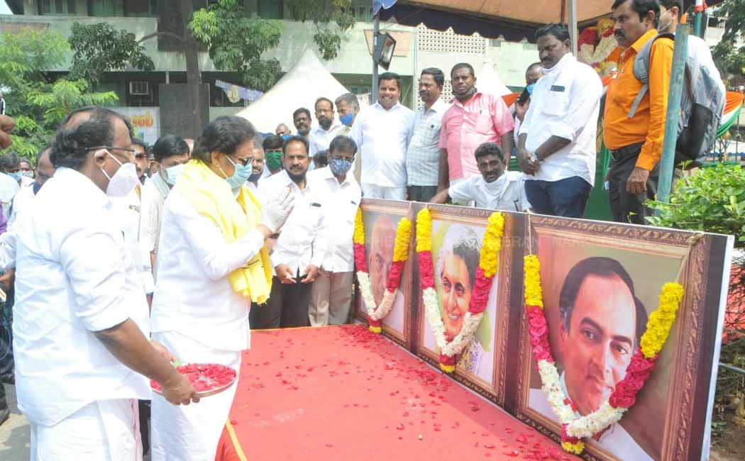 congress party members tribute  indira gandhi