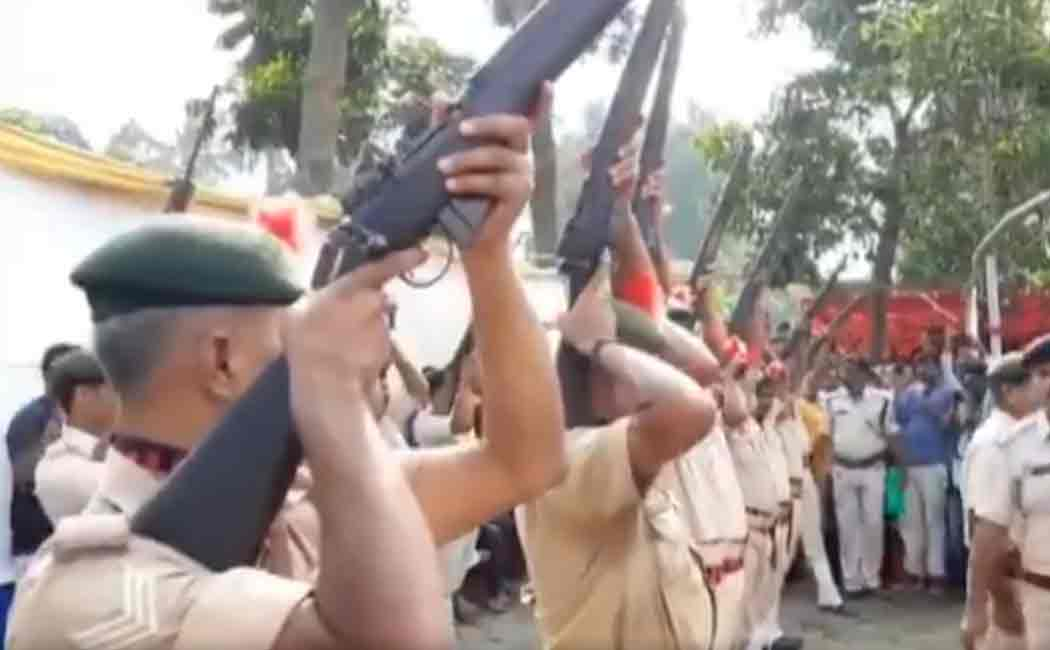 Rifles fail to fire during the state funeral of former Bihar Chief Minister Jagannath Mishra