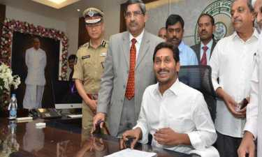 ANDHRA PRADESH CM JAGANMOHAN REDDY CONTINUE ACTIVE WORK WEEK OFF TAKE POLICE