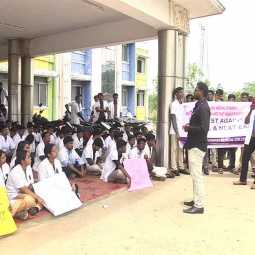 THIRUVARUR GOVT MEDICAL COLLEGE STUDENTS STRIKE NMC BILL, NEXT EXAM AGAINST AUGUST 8 ALL OVER INDIA DOCTORS STRIKE