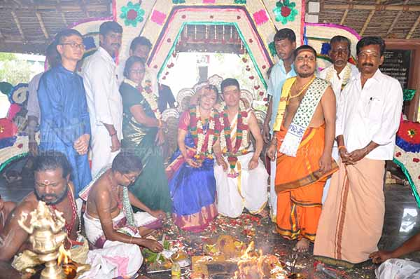 Chinese lovers marry in Hindu tradition