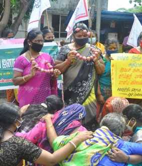Onion prices rise; All India women Association