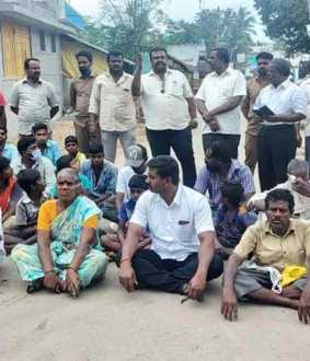 Panchayat displaces family .. Relatives block road