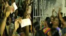 Women's  Siege office of TTV Dinakaran with a 20-rupee note!