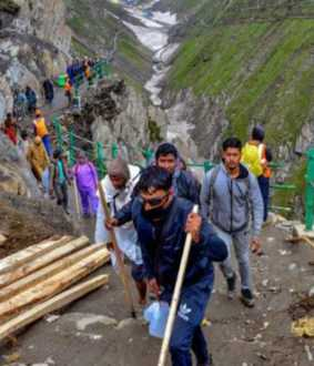 amarnath yatra peoples reached dangerous bridge help to india army viral video