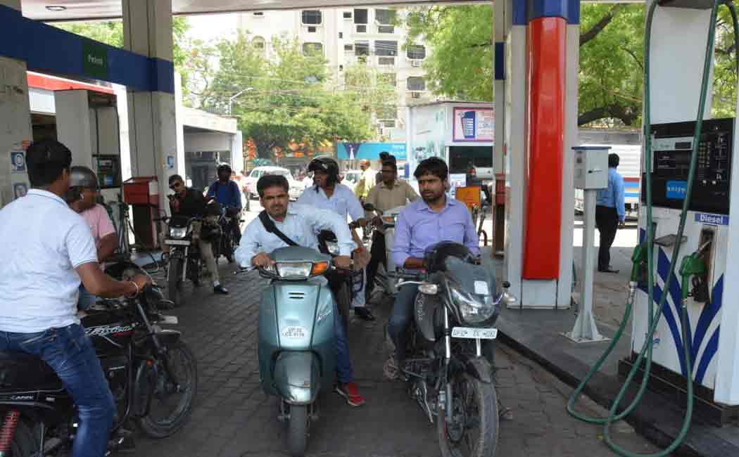 wearing helmet becomes mandatory to fill petrol in karnataka