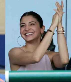 kohli and anushka sharma playing cricket