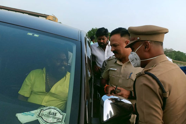 actor and political leader karunas vehicle stopped by cops