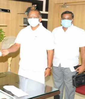 College secretary provided  Corona Relief fund to Dindigul Collector