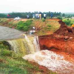 The sudden collapse of the canal ...  Damage to farmlands dindigul district