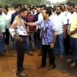 MAHARASHTRA STATE ENGINEER AND  CONGRESS MLA FIGHT VIRAL VIDEO