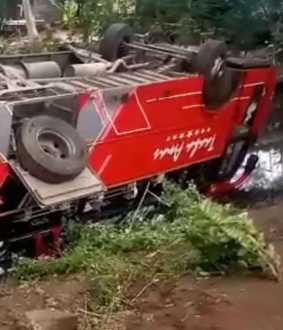 Tourist bus accidents into the canal ...