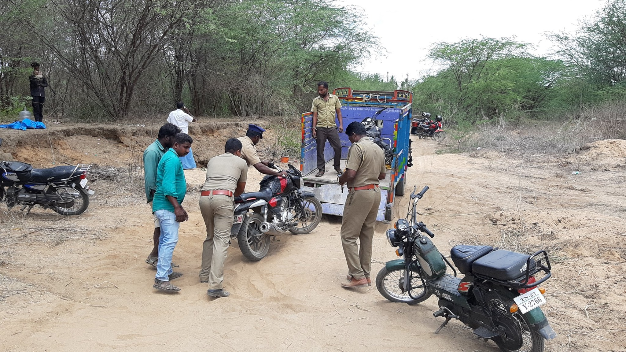 PALAR RIVER AT VELLORE SAND SMUGGLING ADMK SUPPORT AND POLICE DEAL
