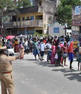 People flocking in ration shops to get corona relief