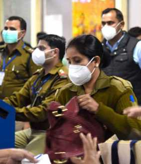 agra woman suspected with corona virus travelled through flight
