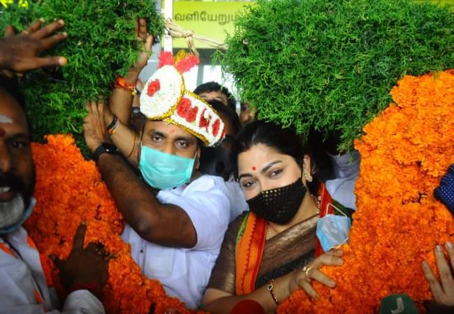 actress kushboo pressmeet at chennai airport