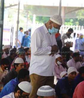 Islamists praying at the Tiruvallikeni Great Mosque