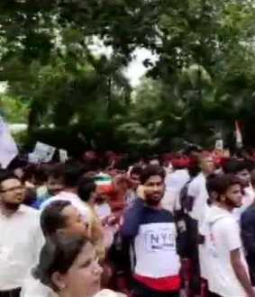 congress workers protest outside rahul gandhi's home in delhi