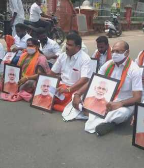 BJP workers block road demanding PM's picture in state government offices ...!