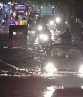 Cars floating in the flood ... Action taken by the people of Velachery !!
